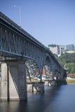 在威拉米特河的罗斯岛桥梁在波特兰,俄勒冈 图库摄影
