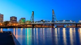 在威拉米特河的霍桑桥梁在晚上在街市波特兰 免版税库存图片