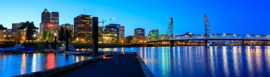 在威拉米特河的霍桑桥梁在晚上在街市波特兰 免版税库存照片