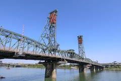 在威拉米特河的霍桑桥梁 库存图片