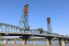 在威拉米特河的霍桑桥梁 免版税库存图片