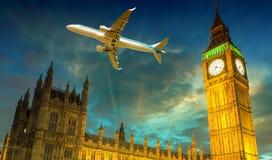 在威斯敏斯特和大本钟,伦敦-英国的飞机 免版税库存照片