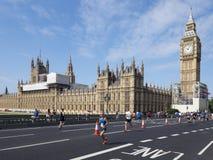 在威斯敏斯特宫殿,伦敦前面的公开马拉松 免版税库存照片