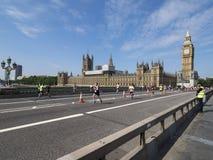在威斯敏斯特宫殿,伦敦前面的公开马拉松 库存图片