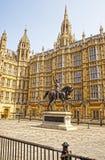 在威斯敏斯特宫的理查国王纪念碑在伦敦 库存图片