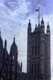 在威斯敏斯特宫的英国国旗 免版税库存照片