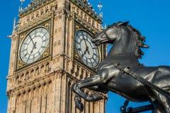在威斯敏斯特桥梁和大本钟的Boadicea雕象在伦敦 库存照片