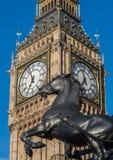 在威斯敏斯特桥梁和大本钟的Boadicea雕象在伦敦 免版税库存图片