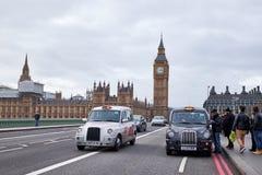 在威斯敏斯特桥梁的两伦敦小室 免版税库存图片