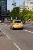 在威斯敏斯特桥梁的伦敦大城市警车 库存图片