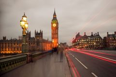 在威斯敏斯特桥梁的光足迹有大本钟的 免版税库存图片