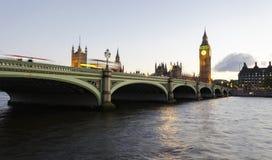 在威斯敏斯特桥梁的黄昏 免版税图库摄影