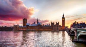 在威斯敏斯特桥梁,伦敦的日落 库存图片