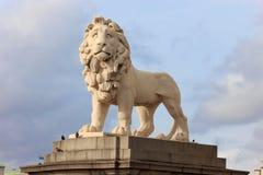 在威斯敏斯特桥梁,伦敦的狮子雕象 免版税库存图片