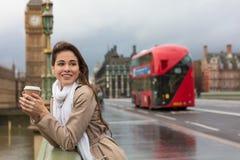 在威斯敏斯特桥梁,大本钟,伦敦, En的妇女饮用的咖啡 免版税库存图片