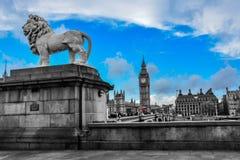 在威斯敏斯特桥梁(伦敦)旁边的一个狮子雕象 免版税库存图片