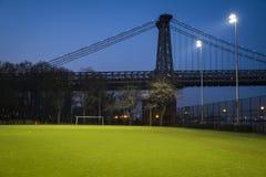 在威廉斯堡桥梁,纽约附近的足球场 库存照片