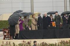 在威廉J.克林顿总统中心的盛大开幕式仪式期间在小石城的前美国第一夫人和当前美国参议员希拉里・克林顿, D- NY与美国乔治・ W.布什, AK 2004年11月18总统日握手 希拉里・克林顿, D- NY与美国总统乔治W握手 在盛大ope期间的布什 库存照片