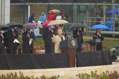 在威廉J.克林顿总统中心的盛大开幕式仪式期间在小石城的前美国第一夫人和当前美国参议员希拉里・克林顿, D- NY与美国乔治・ W.布什, AK 2004年11月18总统日握手 希拉里・克林顿, D- NY讲话在威廉期间J的盛大开幕式仪式 克林顿 免版税图库摄影