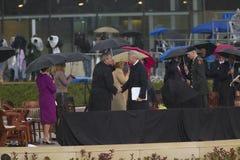 在威廉J.克林顿总统中心的盛大开幕式仪式期间在小石城的前美国总统比尔・克林顿与美国乔治・ W.布什, AK 2004年11月18总统日握手 在威廉期间J的盛大开幕式仪式的布什 免版税库存图片