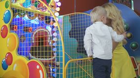 在娱乐复合体的愉快的家庭 股票录像