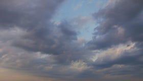 在婆罗洲的热带海岛的深蓝云彩 免版税库存图片