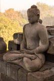 在婆罗浮屠古庙的菩萨雕象日出的 免版税库存照片