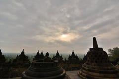 在婆罗浮屠寺庙的多云日出 马格朗 中爪哇省 印度尼西亚 库存照片