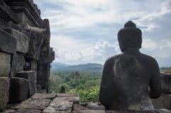 在婆罗浮屠寺庙的平安的片刻, Java海岛 图库摄影