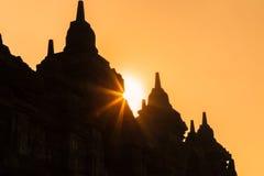 在婆罗浮屠寺庙的早晨日出有太阳的发出光线 免版税库存图片