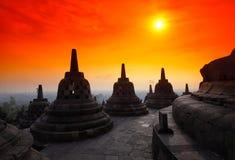 在婆罗浮屠寺庙的最高级的Stupas islan的 库存图片