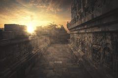 在婆罗浮屠寺庙的美好的日落 免版税库存照片