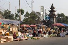 在婆罗浮屠寺庙, Java,印度尼西亚附近的湿市场 库存图片
