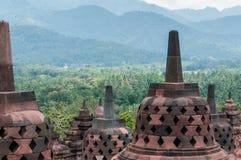 在婆罗浮屠顶部的Stupas 免版税库存照片