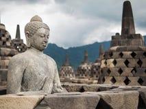 在婆罗浮屠,印度尼西亚的古老菩萨雕象 库存照片
