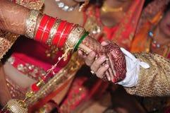 在婚姻的印度夫妇手 库存图片