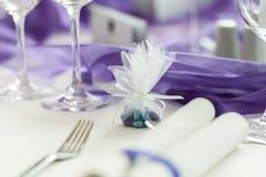 在婚姻的桌上的绿色和紫色糖果 免版税库存照片