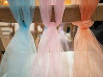 在婚姻的椅子装饰的一个结栓的淡色围巾在a 库存图片
