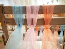 在婚姻的椅子装饰的一个结栓的淡色围巾在a 库存照片