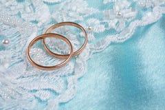 在婚姻的环形的backgound蓝色 免版税库存照片