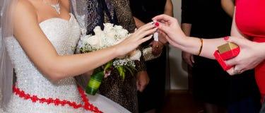 在婚礼他们戴着在新娘` s手上的一个圆环 库存照片