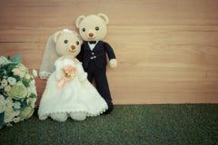 在婚礼场面的浪漫玩具熊 免版税库存照片