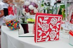 在婚礼承办酒席桌上的餐巾用不同的甜点和蛋糕 免版税库存照片