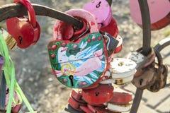 在婚礼挂锁的图画鸽子 免版税库存照片