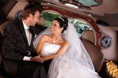 在婚礼日的愉快的夫妇 免版税库存照片
