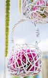 在婚礼曲拱的小木篮子 库存图片