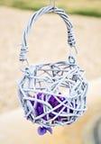在婚礼曲拱的小篮子 免版税库存图片