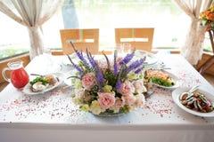 在婚礼桌上的大花束 库存照片