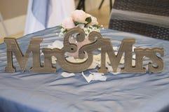 在婚礼桌上的木Mr&Mrs标志 库存照片