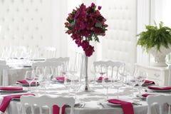 在婚礼桌上的美丽的花花束装饰 库存照片
